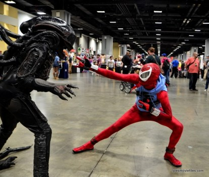 Awesome Con 2016 cosplay - Aliens Xenomorph vs Ben Reilly Spider-Man