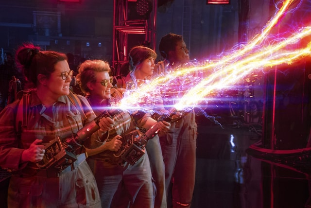 Ghostbusters 2016 - Ghostbusters shoot proton streams-min