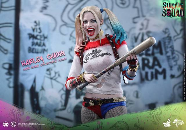 Hot Toys Harley Quinn Suicide Squad figure -grabbing the bat