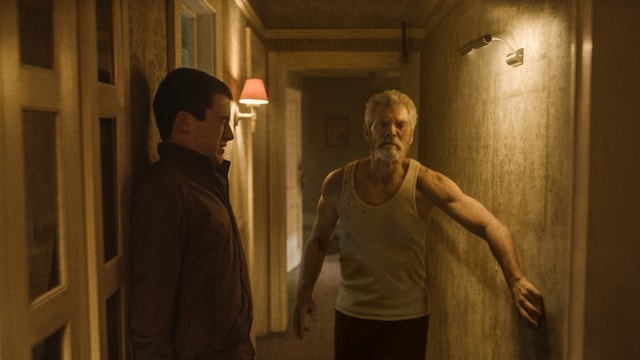 Don't Breathe review - Alex avoiding The Blind Man-min