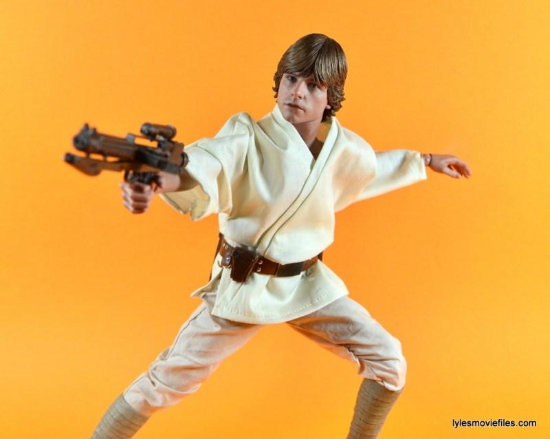 Hot Toys Luke Skywalker figure review -aiming blaster