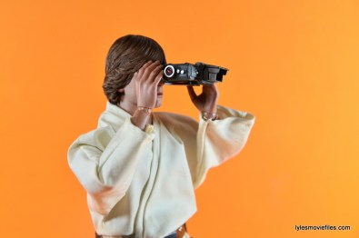 Hot Toys Luke Skywalker figure review - holding binoculars side