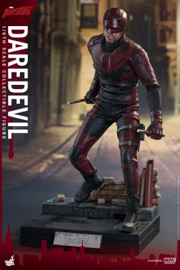 hot-toys-netflix-daredevil-figure-ready-for-battle