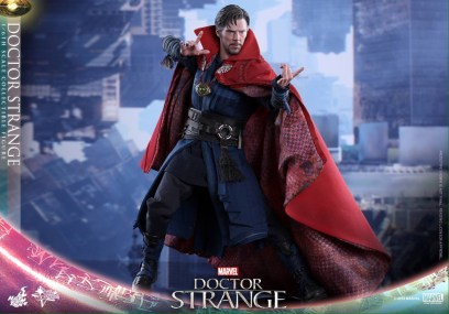 Hot Toys Doctor Strange - wide with cape