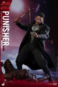 Hot Toys Netflix The Punisher figure -about to club Daredevil