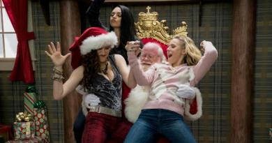 A Bad Moms Christmas trailer