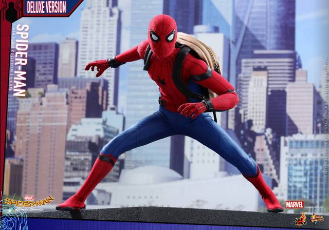 Hot Toys Spider-Man Homecoming figure - backpack on