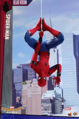 Hot Toys Spider-Man Homecoming figure - hanging from the web