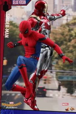 Hot Toys Spider-Man Homecoming figure - with Iron Man