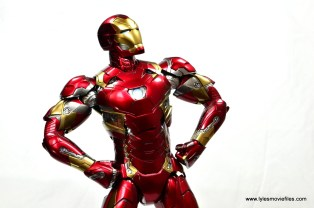 Hot Toys Captain America Civil War Iron Man figure review - hands on hips