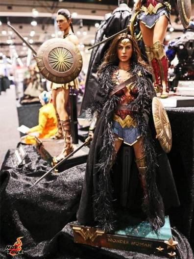 SDCC 2017 new Hot Toys Wonder Woman with coat