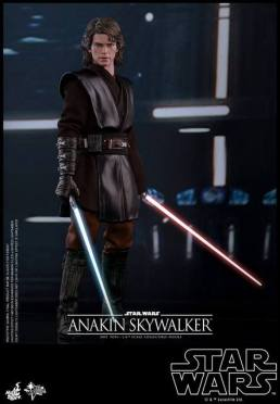Hot Toys Revenge of the Sith Anakin Skywalker - holding Dooku's lightsabe