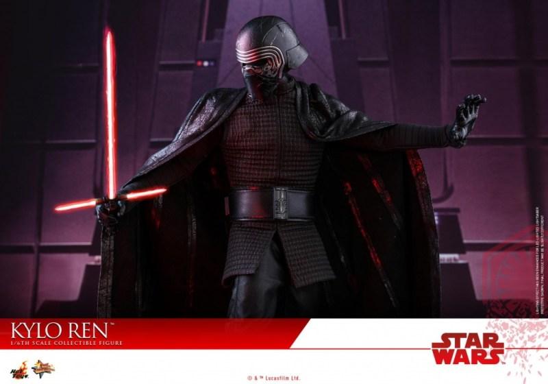 Hot Toys The Last Jedi Kylo Ren -helmet on