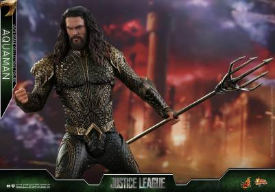 Hot Toys Aquaman figure - grabbing trident