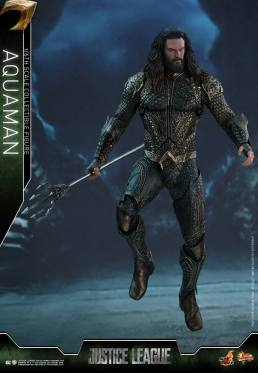 Hot Toys Aquaman figure - swimming in depth