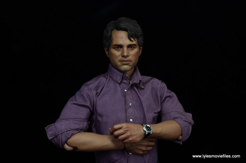 Hot Toys Bruce Banner figure review -arms crossed