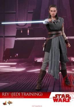 Hot Toys The Last Jedi Rey Jedi Training figure - grabbing saber