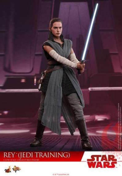 Hot Toys The Last Jedi Rey Jedi Training figure -ready with lightsaber