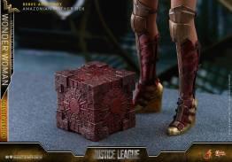 Hot Toys Justice League Wonder Woman figure -mother box