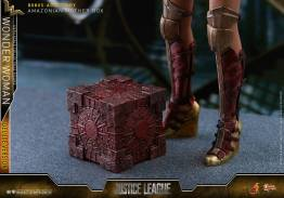 Hot Toys Justice League Wonder Woman figure -mother box
