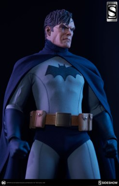 dc-comics-sideshow batman-figure-looking up