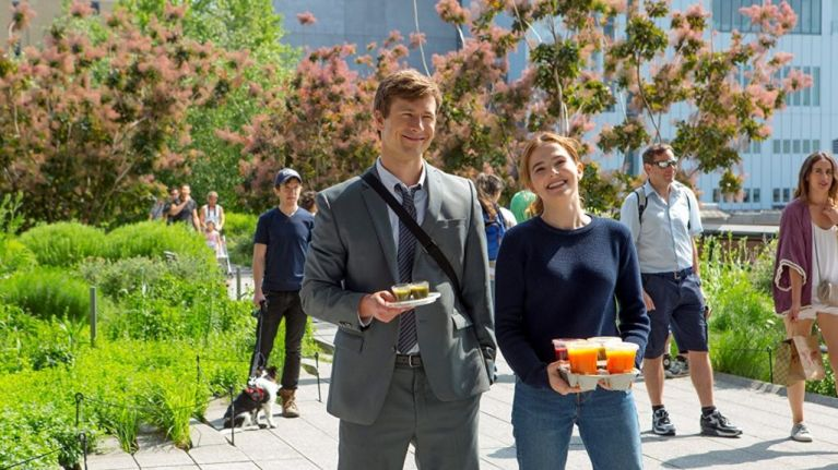 set it up movie review - glen powell and zoey deutch as charlie and harper