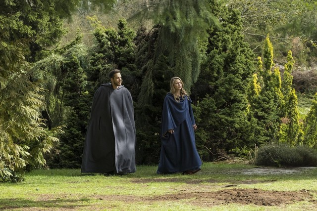 supergirl dark side of the moon - supergirl and mon-el