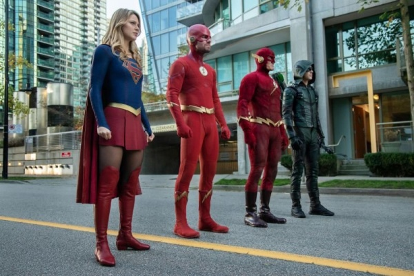 arrow - elseworlds part 2 review - supergirl, oliver flash, 90s flash and barry arrow