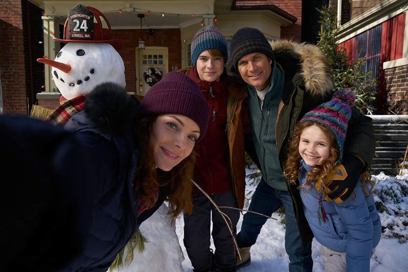 the christmas chronicles review - kimberly williams-paisley, darby camp, oliver hudson and judah lewis