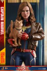 hot toys captain marvel deluxe figure -holding the cat