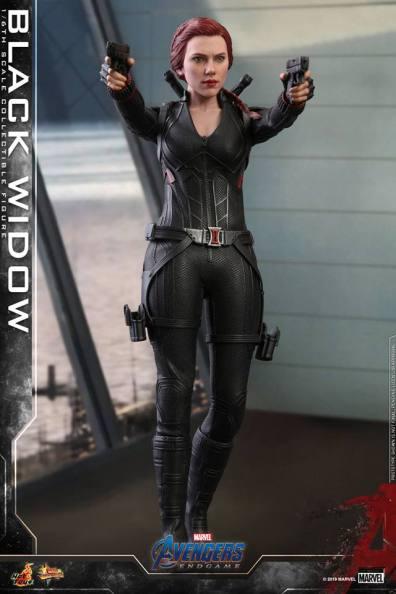 hot toys avengers endgame black widow figure - aiming both guns