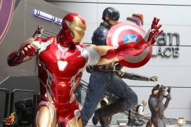 hot toys avengers endgame exhibit - large size iron man and captain america figures