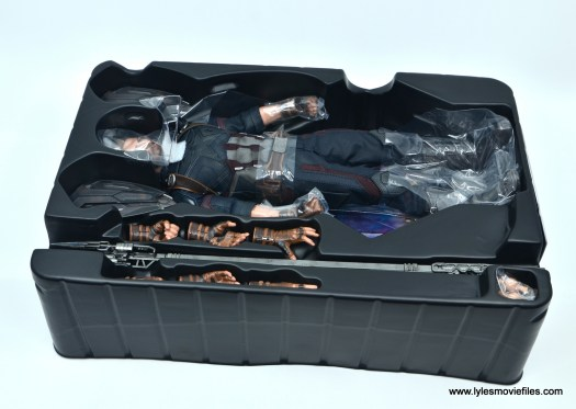 Hot Toys Avengers Infinity War Captain America figure review - accessories in tray