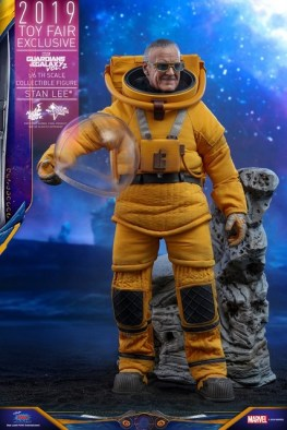 hot toys guardians of the galaxy vol. 2 stan lee figure - holding helmet