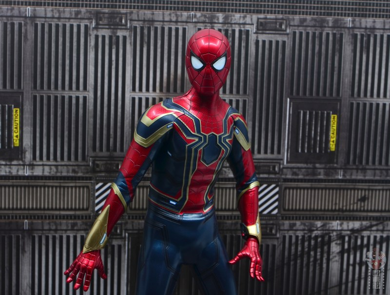 hot toys avengers infinity war iron spider figure review - eyes lit up