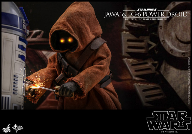 hot toys star wars Jawa and EG-6 Power Droid Collectible figure set - putting bolt on r2d2