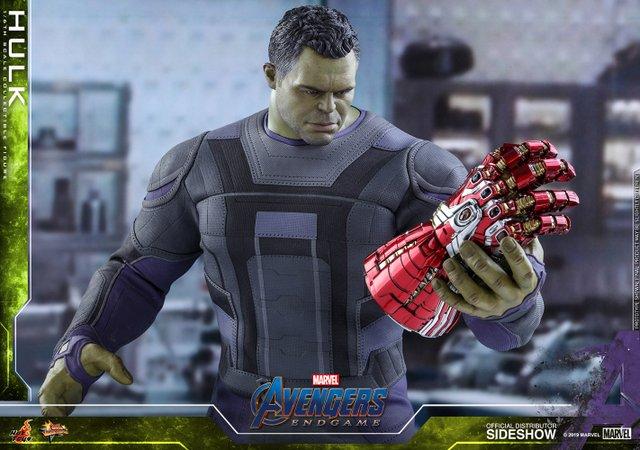 hot toys avengers endgame hulk figure - holding nano gauntlet
