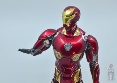 hot toys avengers infinity war iron man figure review - right arm attachment