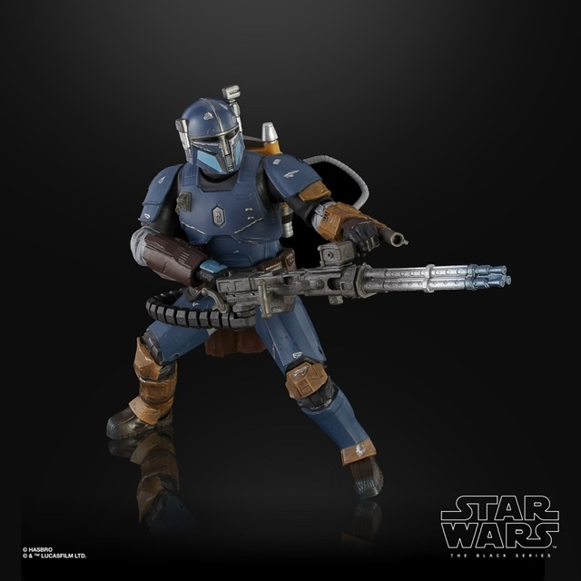 Star Wars the black series heavy infantry mandalorian aiming blaster