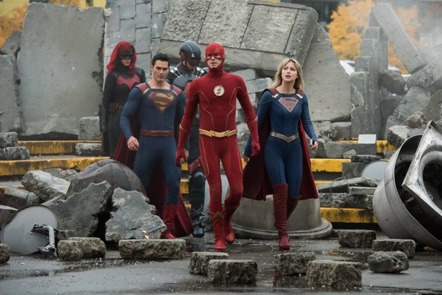 crisis on infinite earths official pics - batwoman, superman, atom, the flash and supergirl