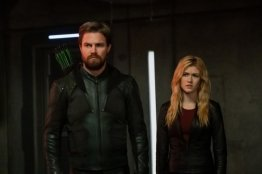 crisis on infinite earths official pics - green arrow and mia