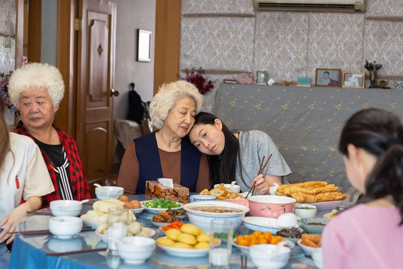 the farewell movie review - Shuzhen Zhao and Awkwafina