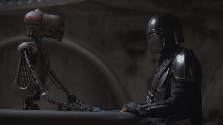 the mandalorian - the gunslinger review - mando talking to droid
