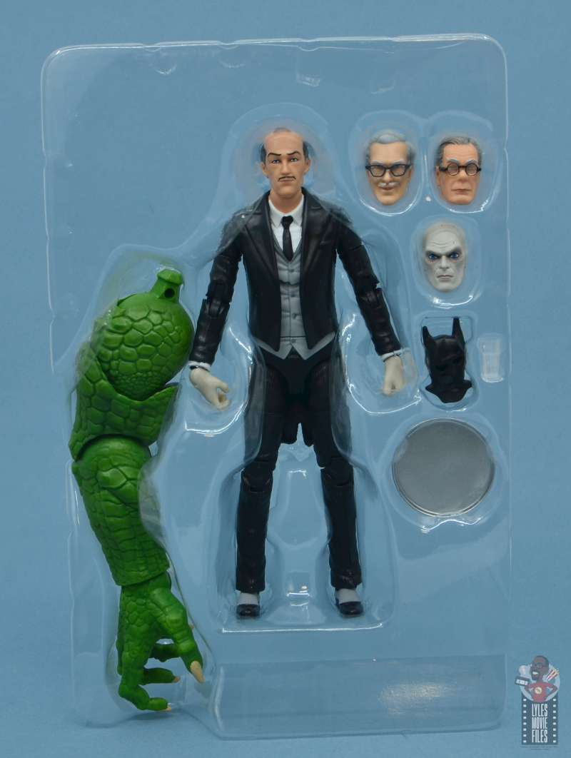 dc multiverse alfred figure review - accessories in tray