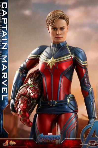hot toys avengers endgame captain marvel - holding nano gauntlet