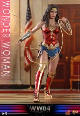 hot toys wonder woman 1984 figure - charging with lasso