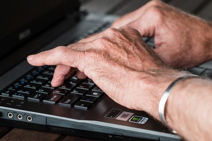 elderly hands with arthritis