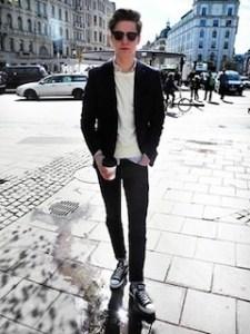 黒のテーラードジャケット×白のトップス×黒のパンツ
