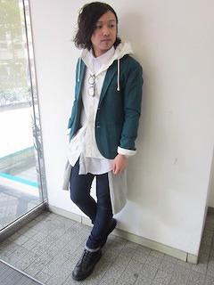 白パーカー×緑ジャケット×白シャツ