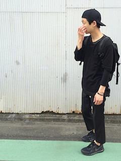 黒のカットソー×黒のパンツ×黒のキャップ×黒のバックパック